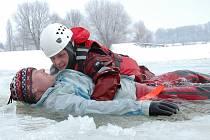 Speciální ledové cvičení absolvovali ve čtvrtek 4. února krajští hasiči v Otrokovicích na štěrkovišti.