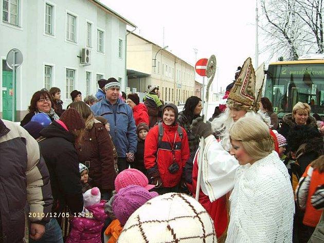 Mikuláš, čert i anděl patřili mezi pasažéry mikulášského autobusu a trolejbusu, které včera jely Zlínem a Otrokovicemi.