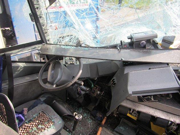 Náraz zničil přední část autobusu