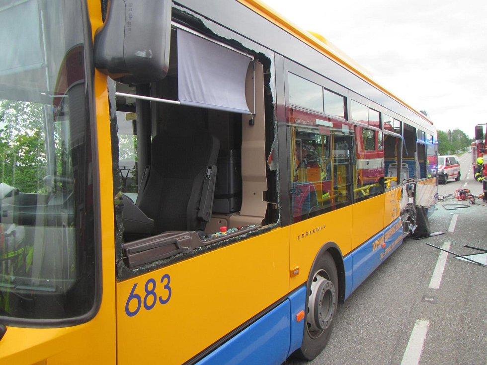 V Otrokovicích boural autobus MHD a dodávka