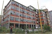 Okolí vlakového nádraží krajského města Zlín. Tovární budovy v těsné blízkosti nádraží.