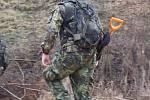 300 vojáků a policistů střeží a čistí Vrbětickou bezpečnostní zónu