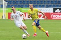 Obránce Fastavu Zlín Václav Procházka (vpravo) v zápase se Slováckem, kdy byl vyloučen.