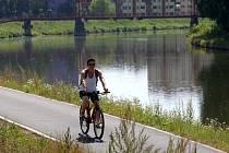Cyklostezka u řeky Moravy z Napajedel do Otrokovic.