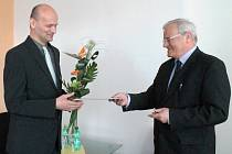 Milan Adámek (na snímku vlevo) je od rána 28. března 2014 novým děkanem Fakulty aplikované informatiky Univerzity Tomáše Bati ve Zlíně. Slavnostně jmenován do své nové funkce byl rektorem univerzity Petrem Sáhou (na snímku vpravo).