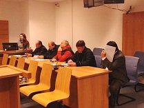 Jan Grábl a Jan Neradílek (dole třetí zprava) u soudu. Ilustrační foto.