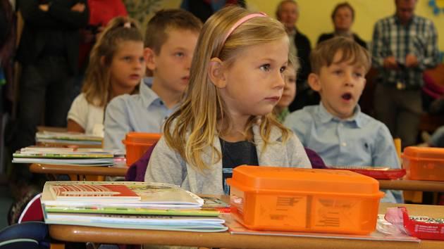 První školní den (3. září 2018) dětí z první třídy Základní školy Halenkovice.