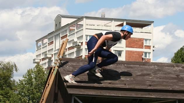 NA STŘEŠE. Mladí hasiči se museli o víkendu vypořádat s řadou fyzicky náročných disciplín. Patřil mezi ně i tryskový výstup na střechu s pomocí žebříku.