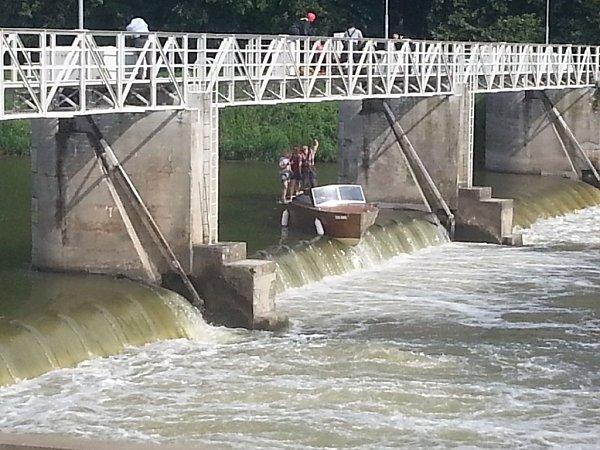 Záchrana tří osob zuvázlé lodě na jezu vKostelanech.