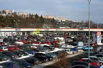 Zatímco obchodníci prý o Zlaté neděli nepocítili nápor obvyklý pro jiné roky, prodejny i parkoviště praskaly ve švech.