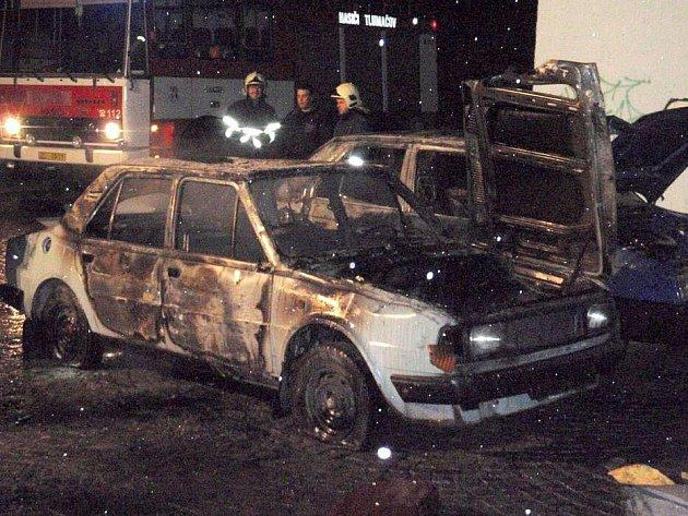 Požár aut u nádraží v Tlumačově