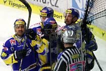 Extraligoví hokejisté Zlína (v modrém) v pátém semifinále play off s Třincem.