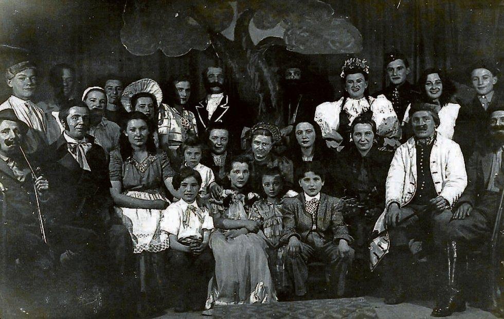 SIDONIE, 1963. Amatérské divadlo v Sidonii. Na snímku jsou herci tehdejšího představení Babička.