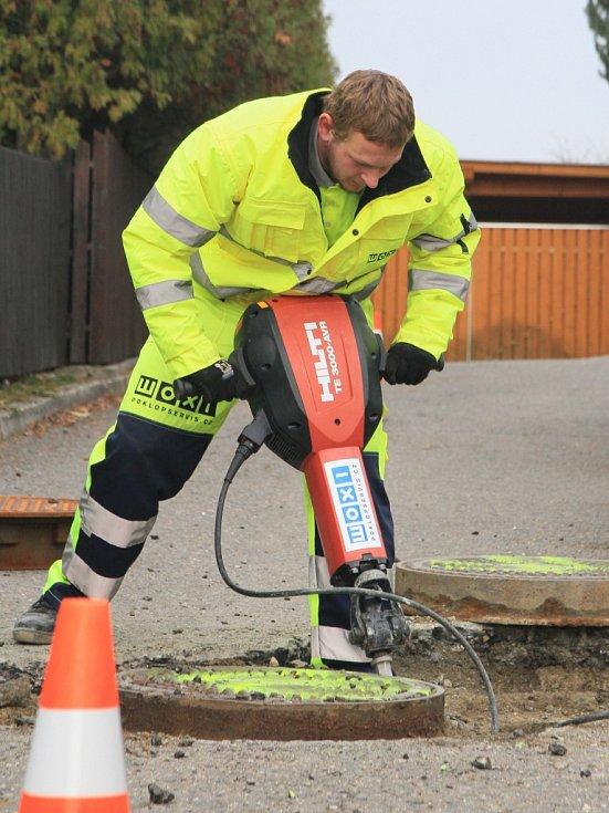 Rekonstrukce jedné kanalizační šachty trvá v průměru hodinu.