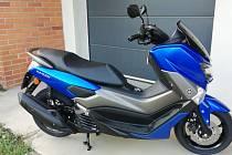Nového skútru si majitel dlouho neužil. Stroj značky Yamaha NMAX 125 modré barvy mu byl odcizen neznámým pachatelem.