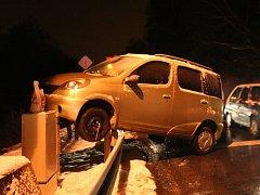 Řidič svůj vůz zaparkoval přímo na svodidla.
