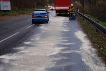Olej znečistil stovky metrů silnice