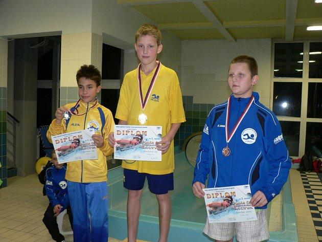 Kryštof Turza (uprostřed), mistr Moravy 10-letého žactva v plavání.