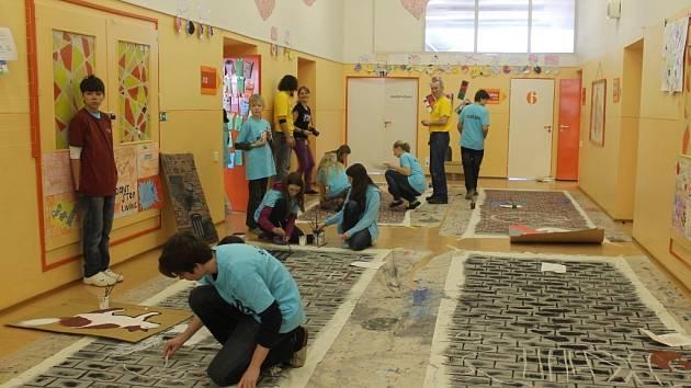 Děti mají radost, že se mouhou podílet na něčem smysluplném. Nikol Dlabačová je ráda, že si díky práci na mezinárodním muzikálu procvičí angličtinu a pozná nové lidi.