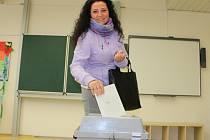 Volička Kamila Slezáková z Otrokovic přišla v pátek 7. října 2016 odvolit do volební místnosti v otrokovické Základní škole T. G. Masaryka.