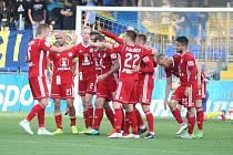Fotbalisté Fastavu Zlín (ve žlutém) ve 27. kole nejvyšší soutěže nestačili na olomouckou Sigmu. Na snímku oslavující Olomouc