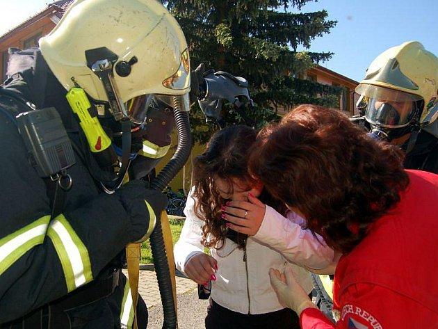 Cvičnou evakuaci zažili v pátek dopoledne žáci základní a mateřské školy v Březové.