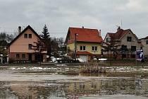 Rozvodněná strouha a tající sníh ve zlínské místní části Kostelec zaplavily louku.