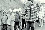 ŠKOLA HROU. 25. března 1976 se děti s paní učitelkou vydaly vycházkou na exkurzi do kravína na Podhradí. Zúčastnily se děti první, čtvrté a páté třídy. Škola v Pozlovicích byla jmenována konsignací farností již po 30leté válce.