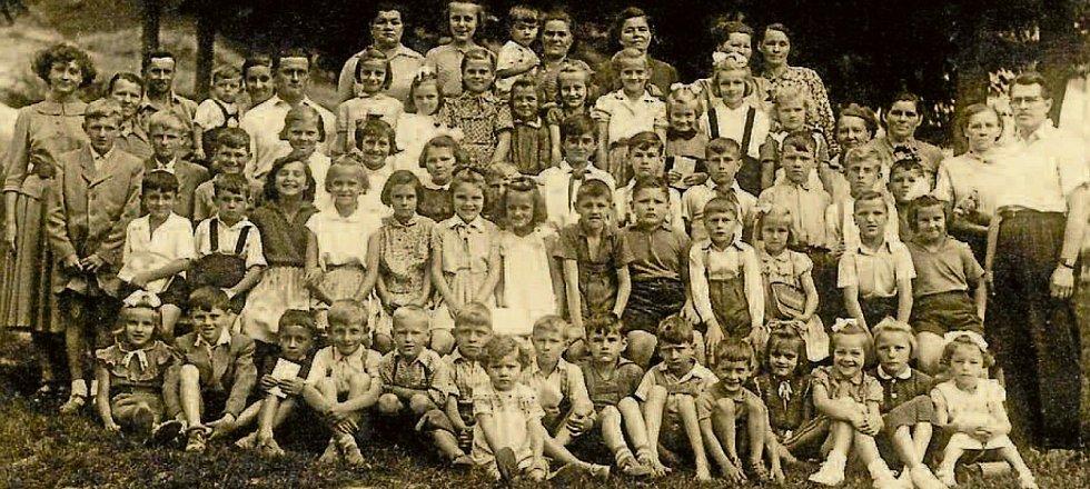 SIDONIE, 1964. Školní děti ze Sidonie na snímku z roku 1964 se svými tehdejšími učiteli.
