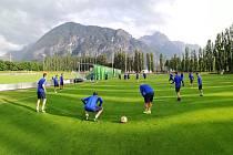 Fotbalisté Zlína po deseti hodinách dorazili do rakouského Lienzu, kde absolvovali první trénink.