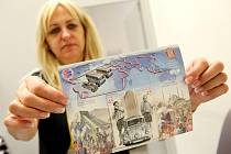 Na oslavu stých narozenin Miroslava Zikmunda bude  Česká pošta ode dneška prodávat příležitostný aršík dvou poštovních známek. Podobiznami cestovatelů uctí také Zikmundova celoživotního přítele Jiřího Hanzelku