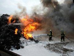 Požár v průmyslovém areálu likvidovalo deset jednotek hasičů.