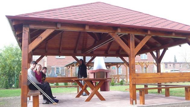 Azylový dům Samaritán v Otrokovicícch na Baťově má nový altán.