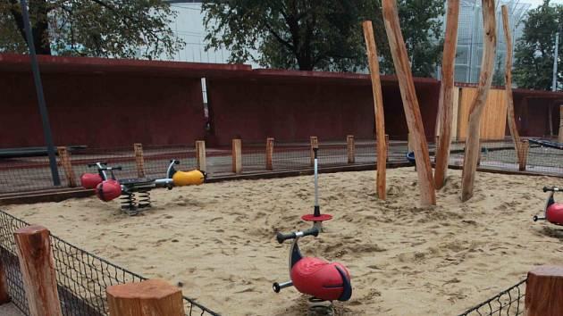 Stížnosti na nový park Komenského v centru Zlína si vyslechli pracovníci magistrátu. Rodiče se zlobí, že děti mohou z dětského hřiště snadno odběhnout a protáhnout se škvírou až na rušnou ulici Štefánikovu.