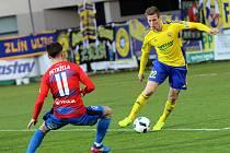 Fotbal FC  FASTAV Zlín - FC Viktoria Plzeň. Zlínský záložník Diego Živulič (ve žlutém).
