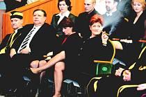 MODRÝ DÝM. Primátorka si svůj oblíbený doutník dala i na slavnosti zlínské univerzity. Vedle sedící poslankyně Michaela Šojdrová je uražená, že jí Irena Ondrová odmítla dát práska.