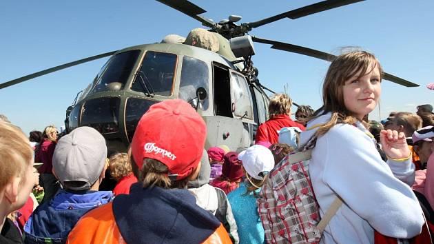Charitativní akce Korunka Luhačovice. Přílet vrtulníku MI-171 Š z 23. vrtulníkové základny v Přerově na letiště v Luhačovicích.