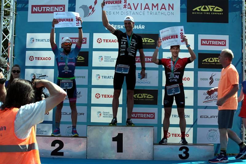 Potřetí za sebou ovládl Moraviaman a stal se mistrem ČR v dlouhém triatlonu Tomáš Řenč. Středočech předvedl na tratích v okolí Otrokovic o dvě minuty horší výkon, než před dvěma roky, kdy překonal traťový rekord.  S desetiminutovou ztrátou zvládl závod na