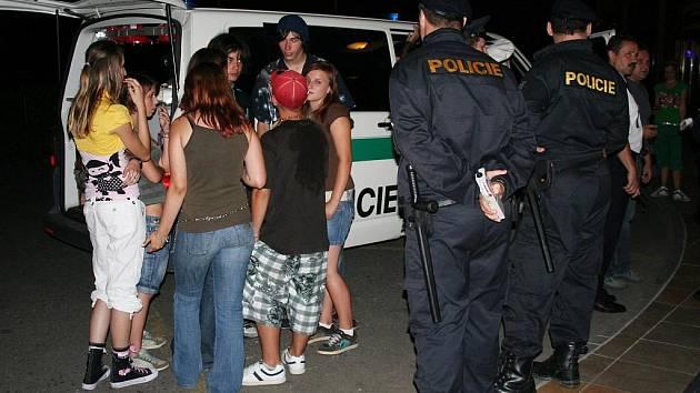 V otrokovickém Spoláku policie chytla hned deset nezletilých, u kterých dechová zkouška prokázala přítomnost alkoholu v krvi. Nejvíce přitom nadýchala sedmnáctiletá dívka, a to 2,17 promile.
