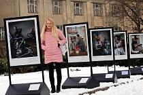 Výstava fotografií Johana Bävmana Švédští tátové před zámkem ve Zlíně.