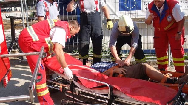 Dělník pracující na rozestacěném Laboratorním centru na Baťáku spadl do třímetrové jámy.