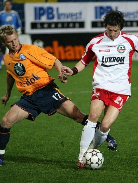 Ani výkon Davida Šmahaje (v bílém) včera nestačil fotbalistům Zlína k bodům. Na snímku si kryje balon před mladoboleslavským Janem Rajnochem.