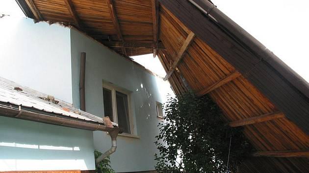 Silný vítr, který provázel bouřku, poničil řadu střech obytných domů ve Zlínském kraji.
