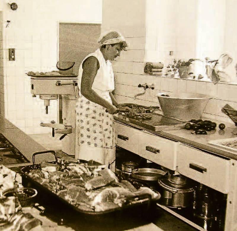 ŠKOLA. Rok 1986 – otevření 17. základní školy. Na snímku kuchyně. Na začátku 90. let byla k 17. ZŠ přistavěna další, 18. základní škola, dnes Církevní základní škola a mateřská škola Zlín.