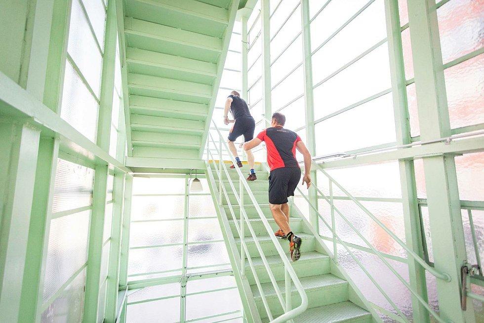 Šest hasičů ze HZS ZLK trénoval ve středu 16. června na soutěž TFA - Nejtvrdší hasič přežije. Čtyři stovky schodů v Baťově mrakodrapu vyběhli s hasičským vybavením několikrát.