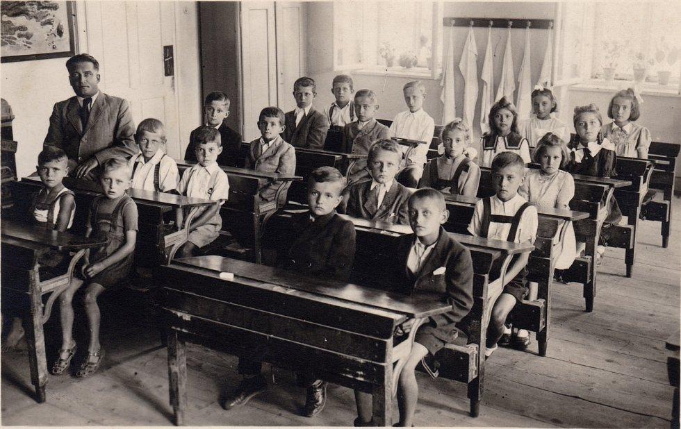 1947. Jednotřídka, snímek je z jara 1947 ( 1-4. ročník).