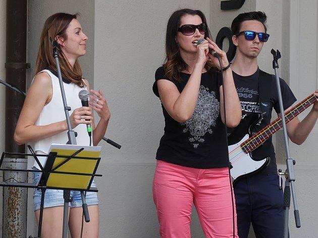 Bára Havelková (vpravo) si společně s kolegyní Andreou (vlevo)  zazpívaly zlínskému publiku