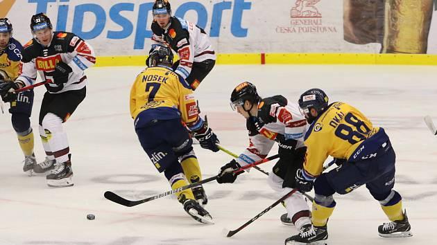 Extraligoví hokejisté Zlína (ve žlutém) v neděli v rámci 41. kola doma vyzvali lídra soutěže pražskou Spartu.