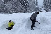 Lidé si užívají sněhovou nadílku ve Velkých Karlovicích.