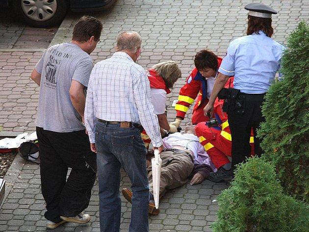 Záchranáři muže resuscitovali přímo na ulici